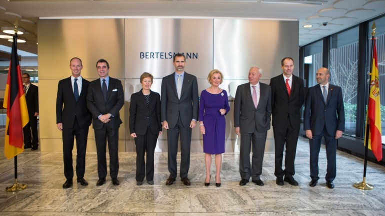 King Felipe VI. of Spain visits Bertelsmann (f. l. t. r.):  Bertelsmann-CEO Dr. Thomas Rabe; the Spanish Ambassador to Germany, Juan Pablo García-Berdoy y Cerezo; the Minister for Federal Affairs, Europe and the Media of North Rhine-Westphalia, Dr. Angelica Schwall-Düren; H.M. King Felipe VI. of Spain; family spokeswoman Liz Mohn; the Spanish Minister of Foreign Affairs and Cooperation, José Manuel García Margallo; Bertelsmann's Chairman of the Supervisory Board, Christoph Mohn; President Latin America and Spain of Bertelsmann, Fernando Carro de Prada