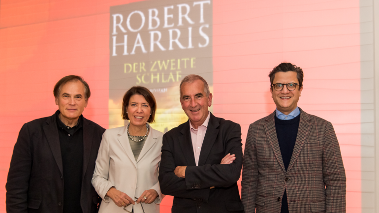 The journalist Dr. David Eisermann, Helen Müller Head of Cultural Affairs and Corporate History at Bertelsmann, Robert Harris and the actor Denis Abrahams
