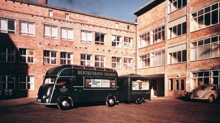 Advertising buses for encyclopedias in 1955 in the court of Eickhoffstraße.