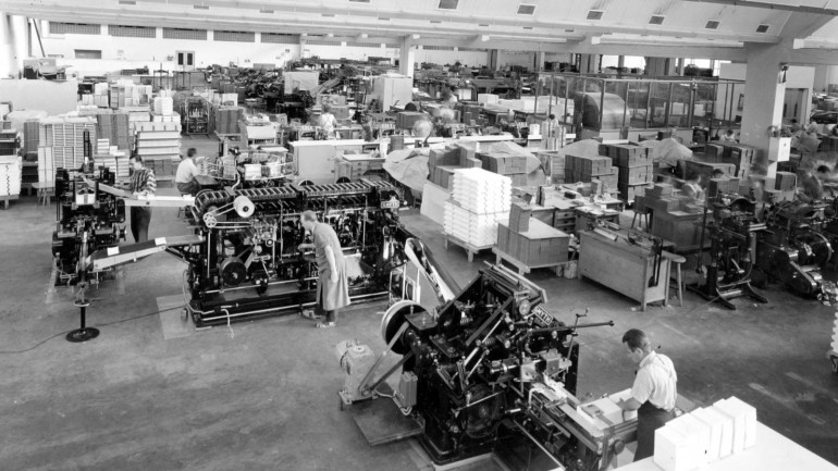 Mohn & Co completely switched to offset printing in 1965. In the picture: one- and two- color sheet offset printing machines.